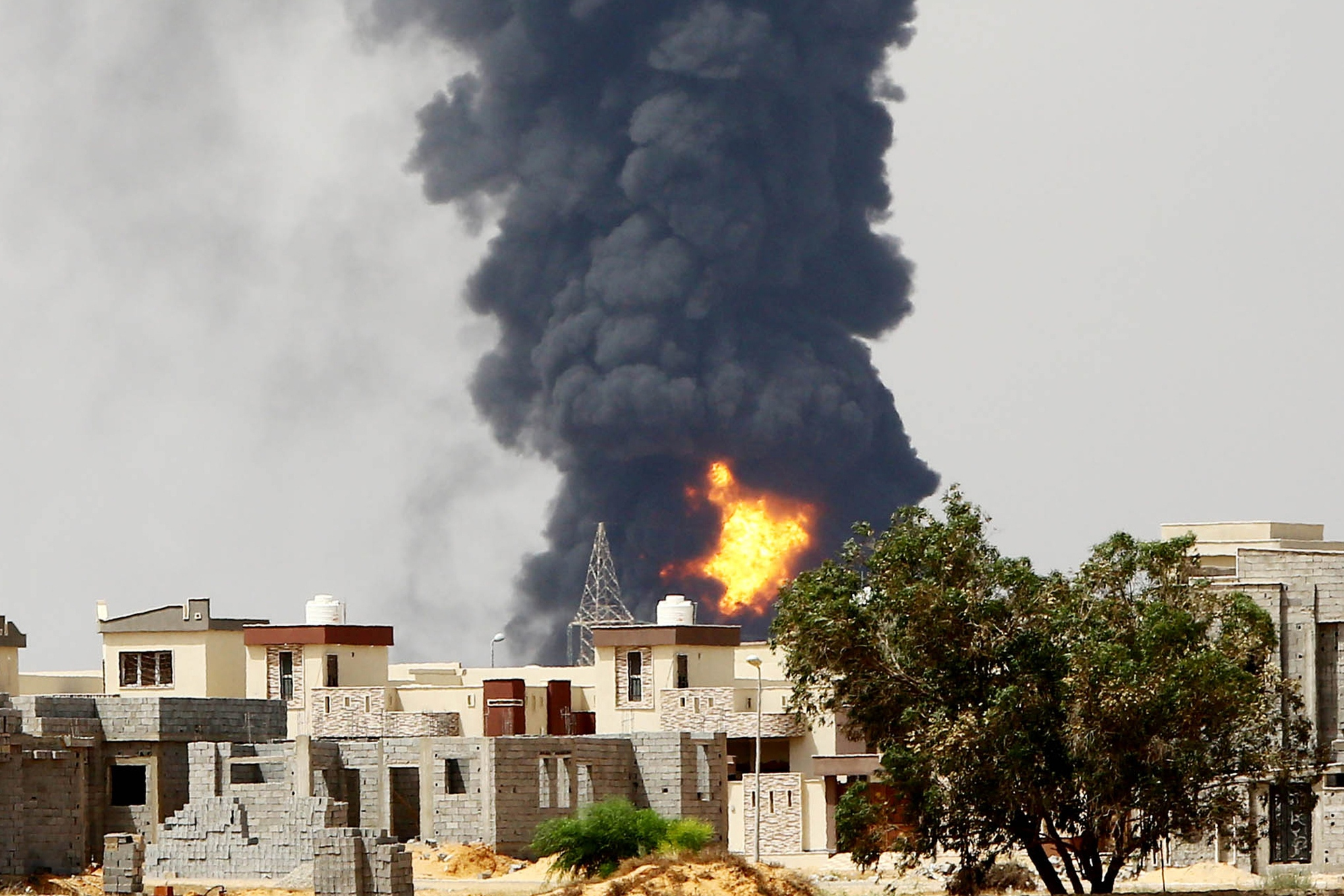 Libya_oil_fire_tripoli_mahmud_turkia_afp_getty_images