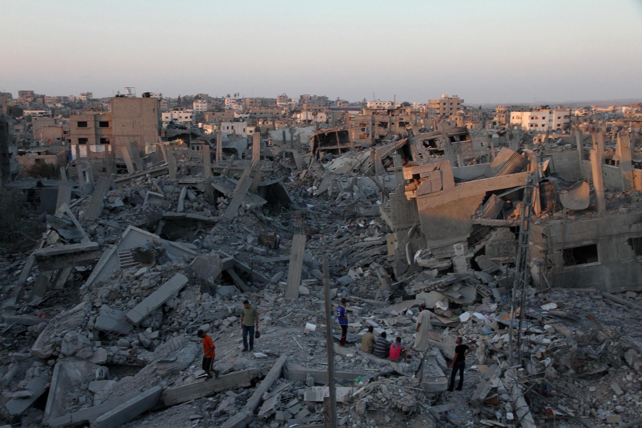 Palestinians_pick_through_shujaya_gaza_rubble