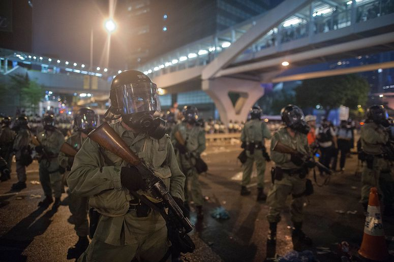 Hong Kong police try to retake downtown Central (Anthony Kwan/Getty)