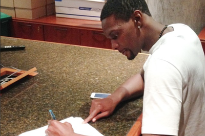 Chris Bosh back in Miami, signs new Heat contract