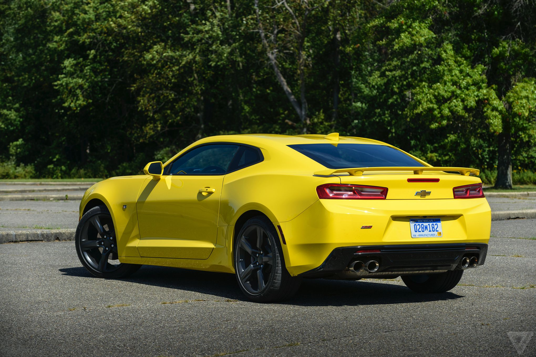 lean muscle driving the lighter better 2016 chevy camaro ss the verge. Black Bedroom Furniture Sets. Home Design Ideas