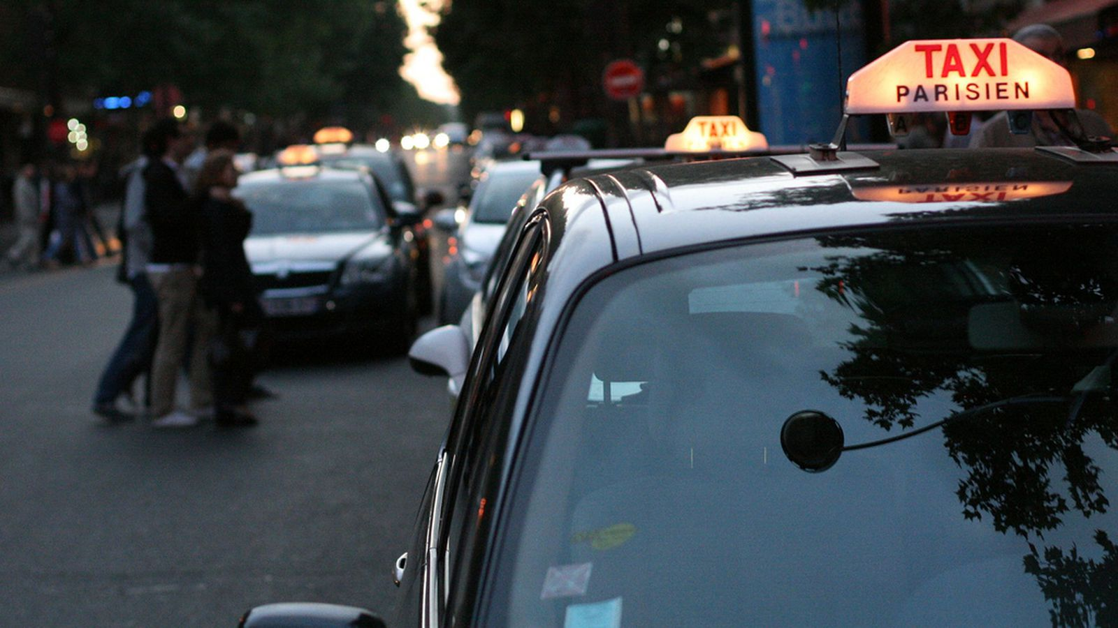 uber car attacked as paris taxi strike turns violent the verge. Black Bedroom Furniture Sets. Home Design Ideas