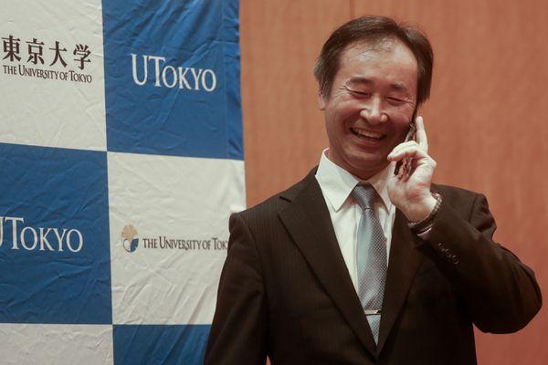 Takaaki Kajita speaks on the phone to Prime Minister of Japan Shinzo Abe after his Nobel win.