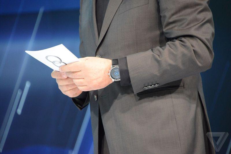 아우디 발표회 모습. 한 남성이 아우디 로고가 그려진 큐시트를 들고있다.