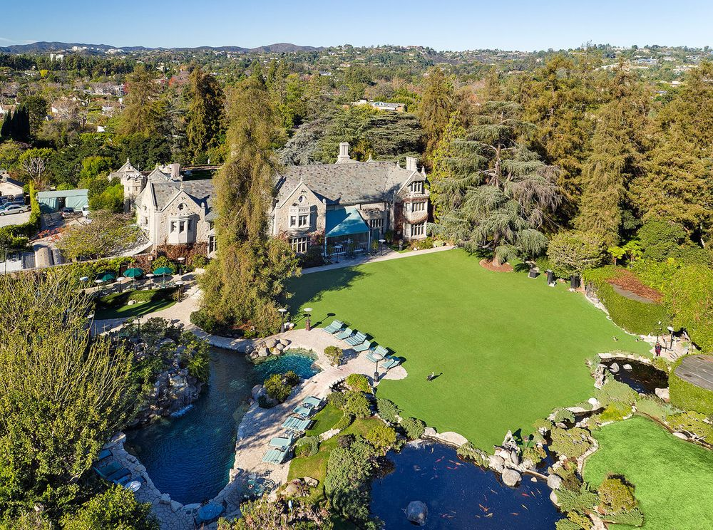 Playboy Mansion Backyard : Playboy Mansion sells for $100M to owner of the mansion next door
